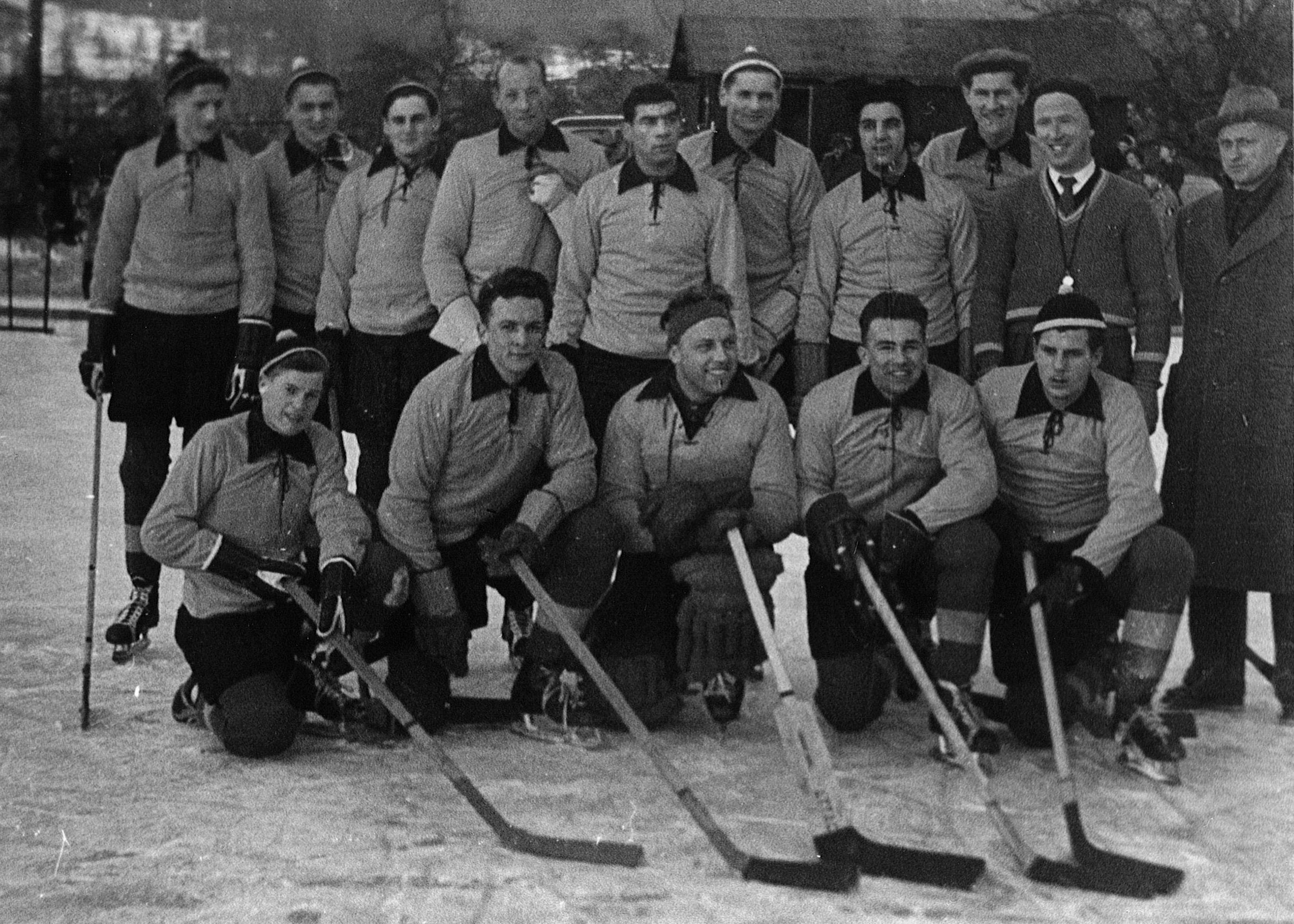 Die allererste Mannschaft des EVZ hiess noch Baarer Schlittschuhklub und trainierte auf dem Lättich-Weiher.