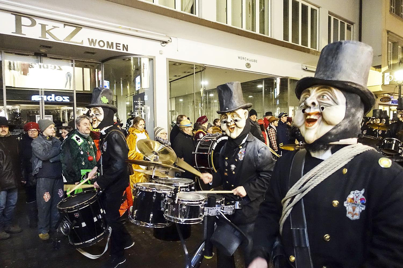 Guggenmusigen und ihre Grinden in Luzerns Gassen.