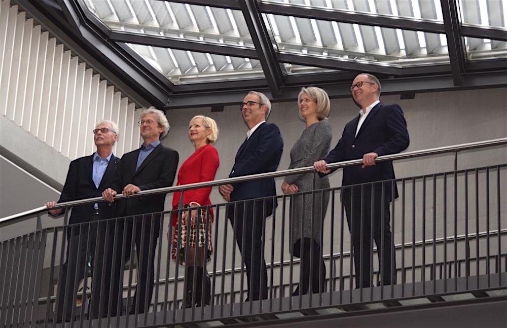 Der neue Stadtrat (von rechts): Martin Merki, Franziska Bitzi Staub, Beat Züsli, Manuela Jost und Adrian Borgula. Ganz links Stadtschreiber Toni Göpfert.