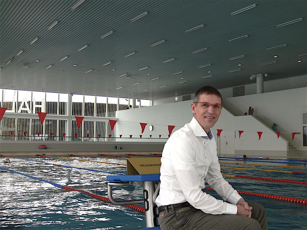 Stefan Schlatter, scheidender Geschäftsführer der Hallenbad Luzern AG, vor dem Schwimmerbecken im Hallenbad auf der Allmend.
