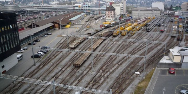 Blick heute auf die Gleise und das Rösslimatt-Areal. Hinten links, wo der Güterschuppen steht, soll die Geschäftsüberbauung hin.