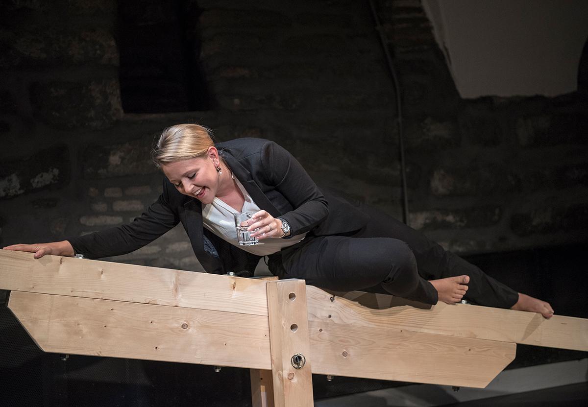 Annette (Nicole Osterwalder) betrunken auf der Holzwippe.