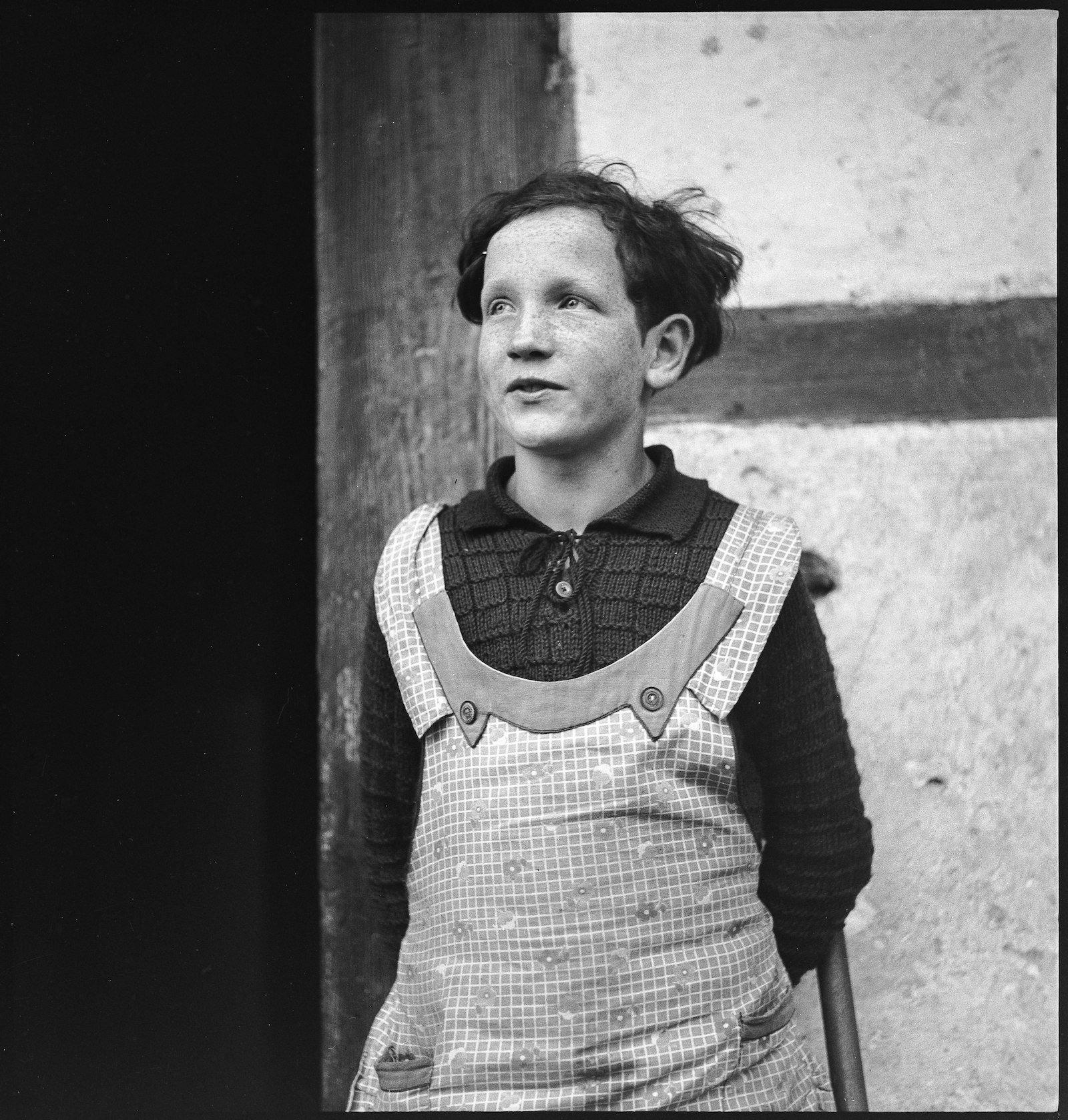 Ein weiteres Foto von Paul Senn, das ein Mädchen im Heim zeigt.