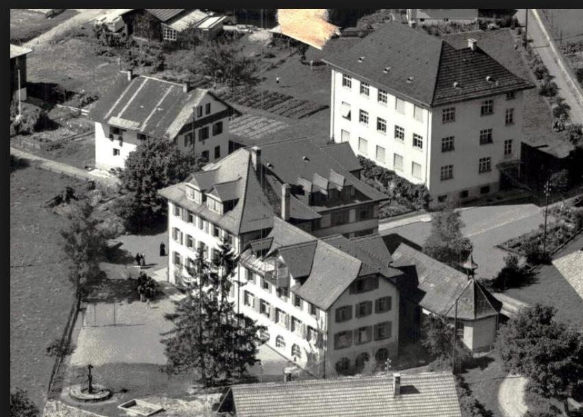 Das Kinderheim Marianum (im Vordergrund) wurde 1985 abgebrochen. Das Schulhaus (rechts oben) existiert noch und heisst ebenfalls Marianum.