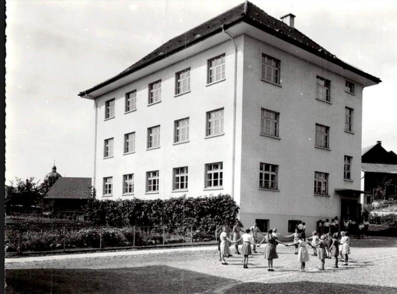 Eine historische Postkarte vom heute noch existierenden Schulhaus Marianum in Menzingen.