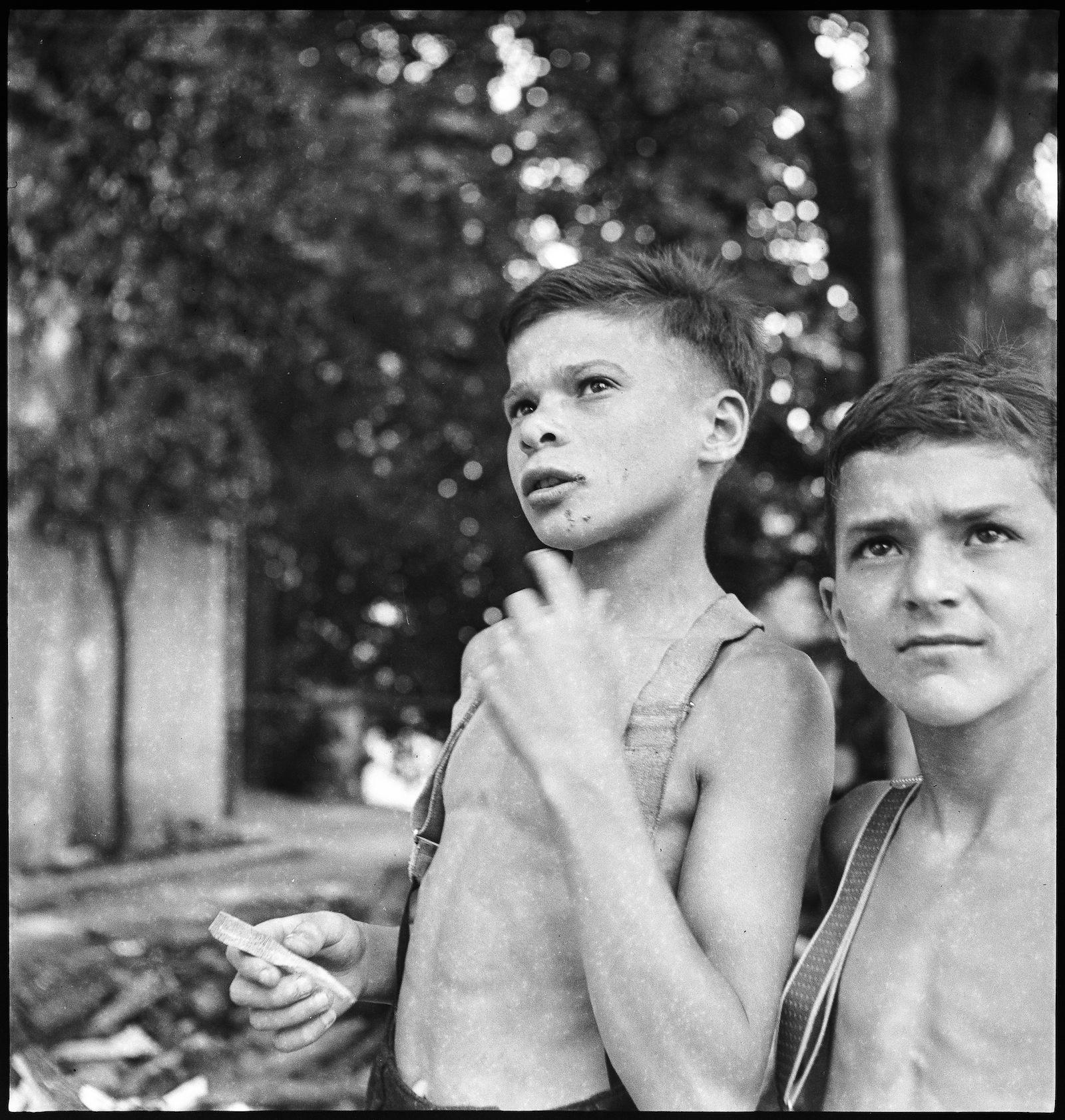Ausgemergelte Heimkinder im Zweiten Weltkrieg.