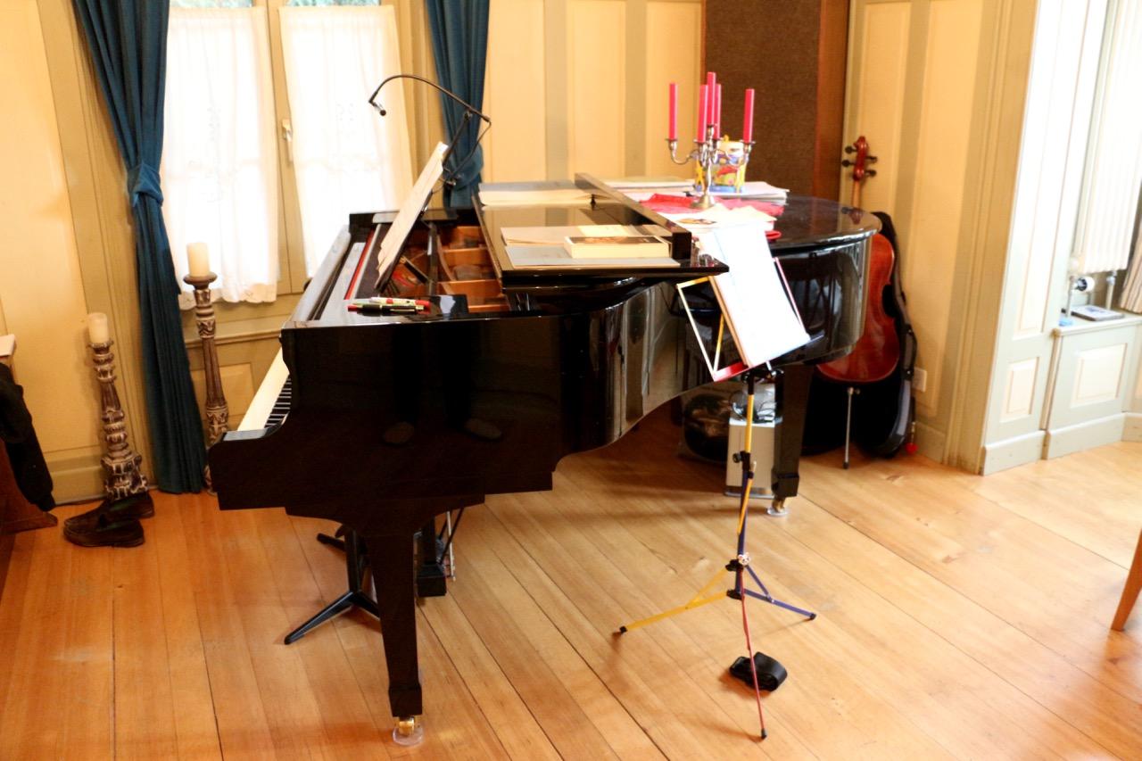 Platz für ein Sofa gibt es im Erdgeschoss nicht. Dafür stehen da eine Orgel, ein Cello und ein Flügel.