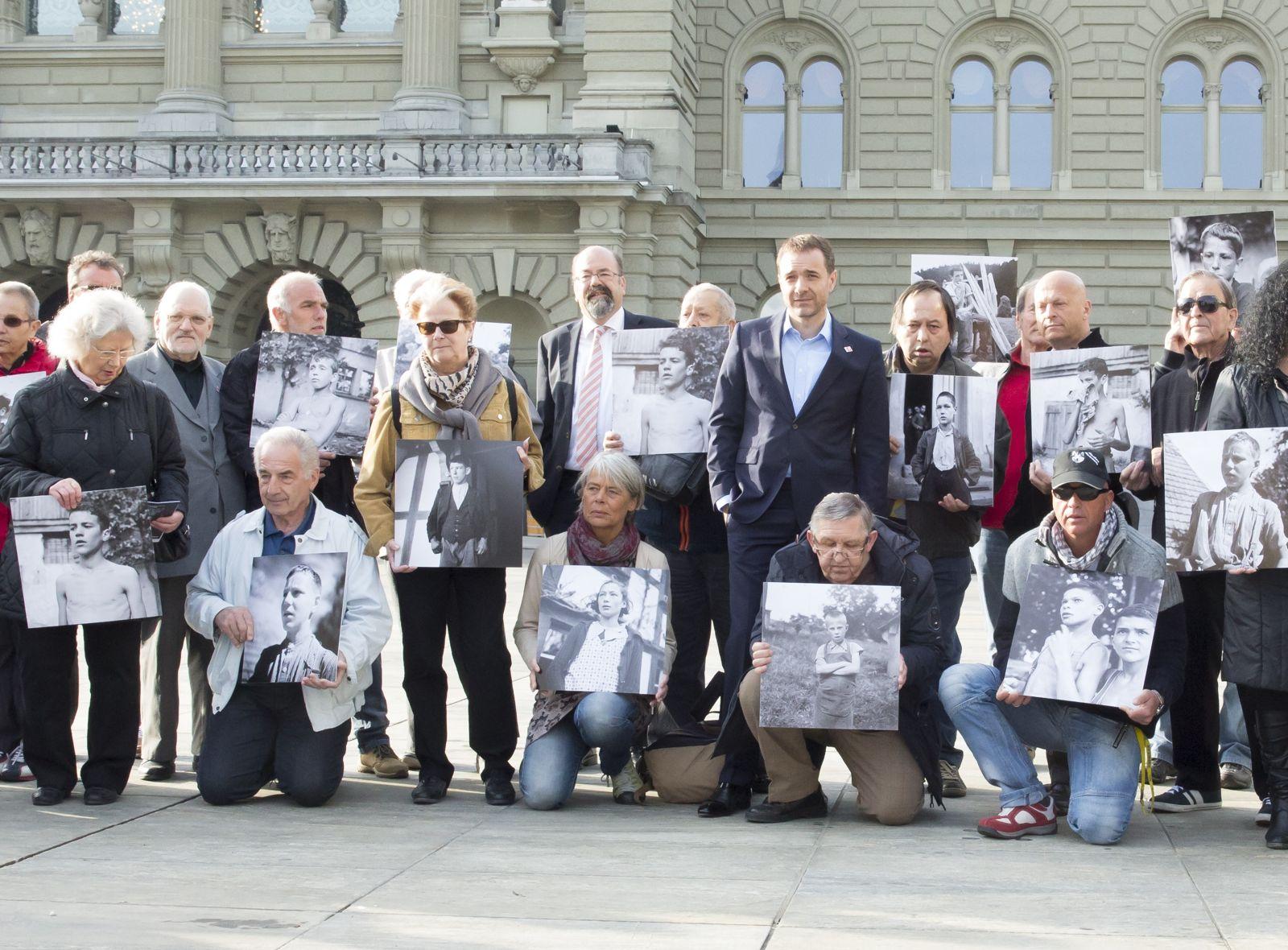 Versorgt, verwahrt, verdingt: Betroffene auf dem Bundesplatz. Stehend, im blauen Anzug, Guido Fluri aus Cham; im Hintergrund der Zuger Ständerat Joachim Eder.