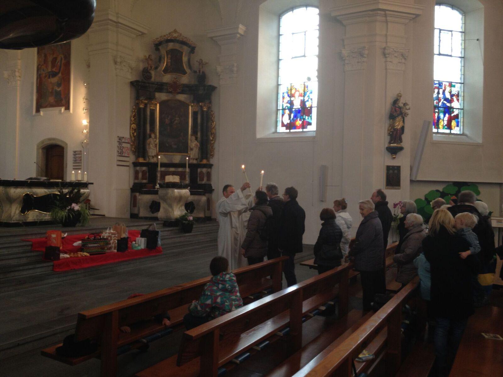 Beim Blasiussegen werden zwei gekreuzte Kerzen zum Hals geführt.