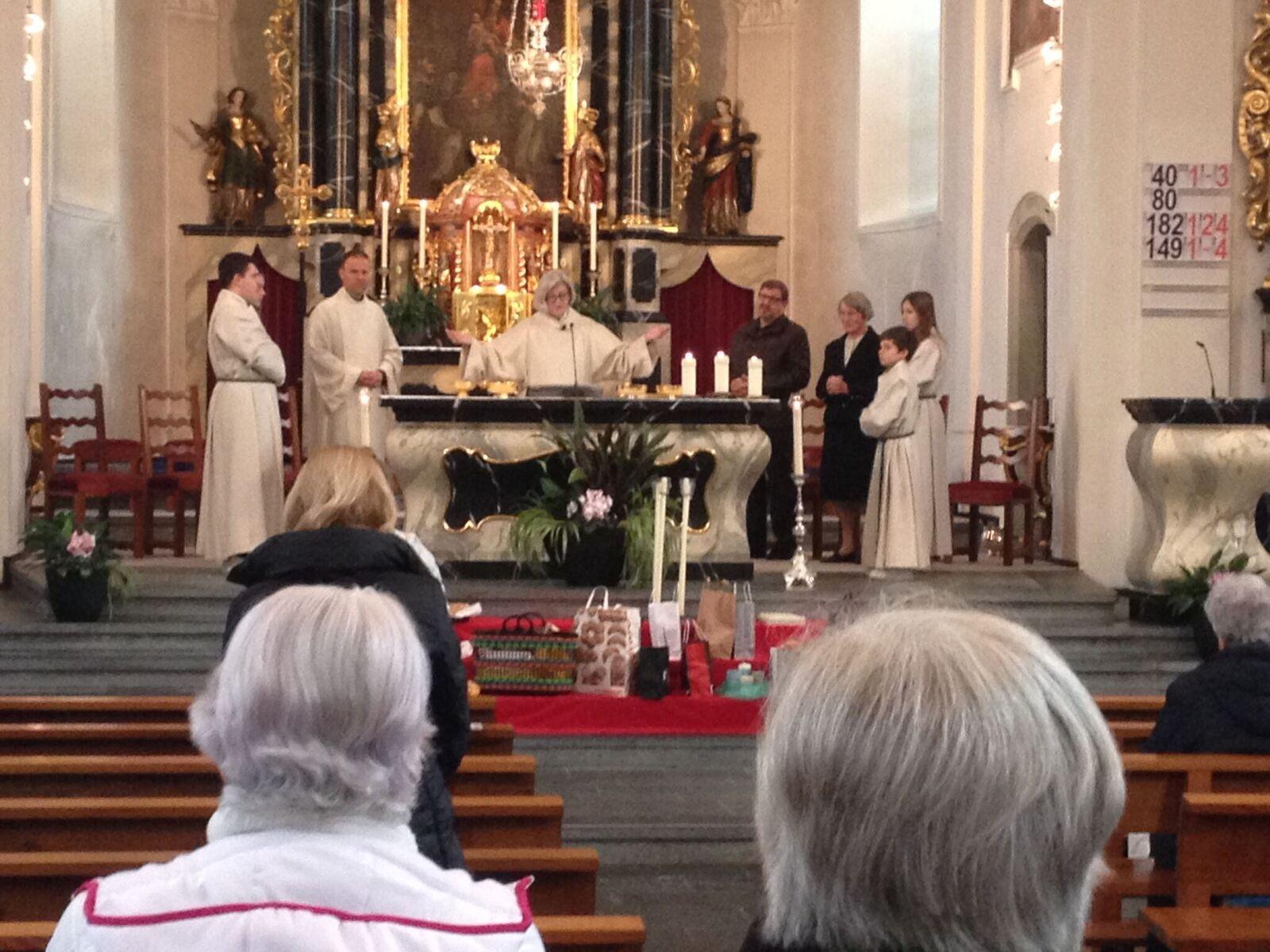 Die Pfarrerin, die keine Pfarrerin ist: Renata Huber bei ihrer Predigt.