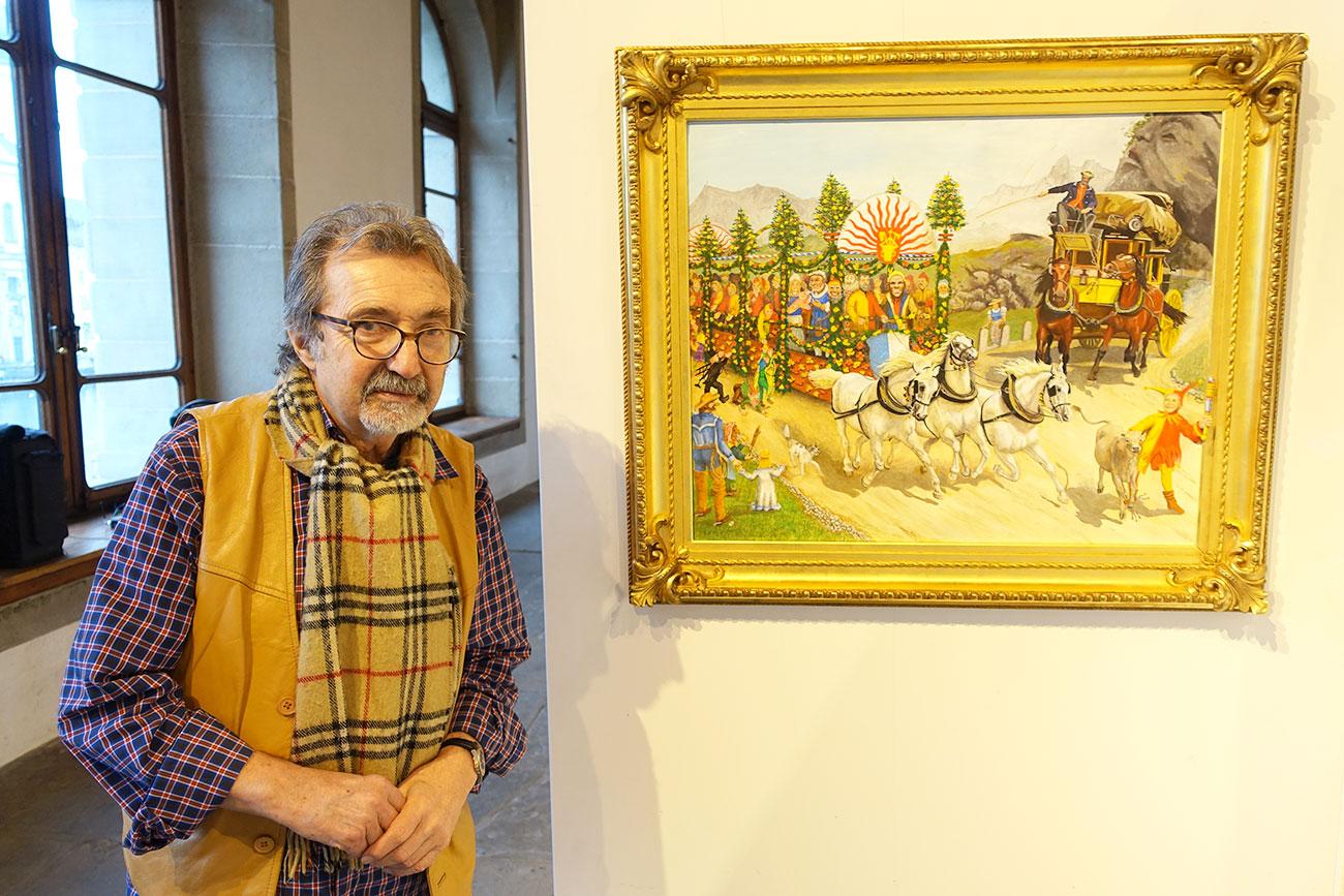 Silvio Panizza neben seinem Lieblingsbild von Lotti Heggli: einer fasnächtlichen Adaption von Rudolf Kollers «Gotthardpost»