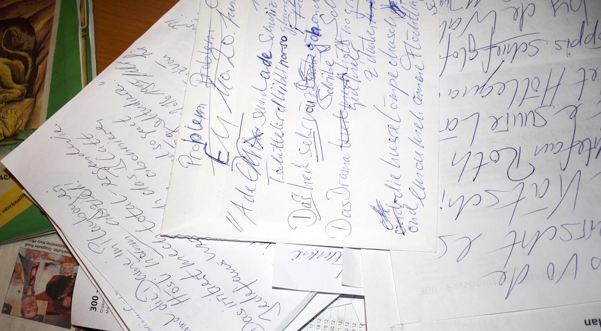 Urs Liechti notiert seine Ideen und Gedanken auf Couverts und anderen Zetteln.