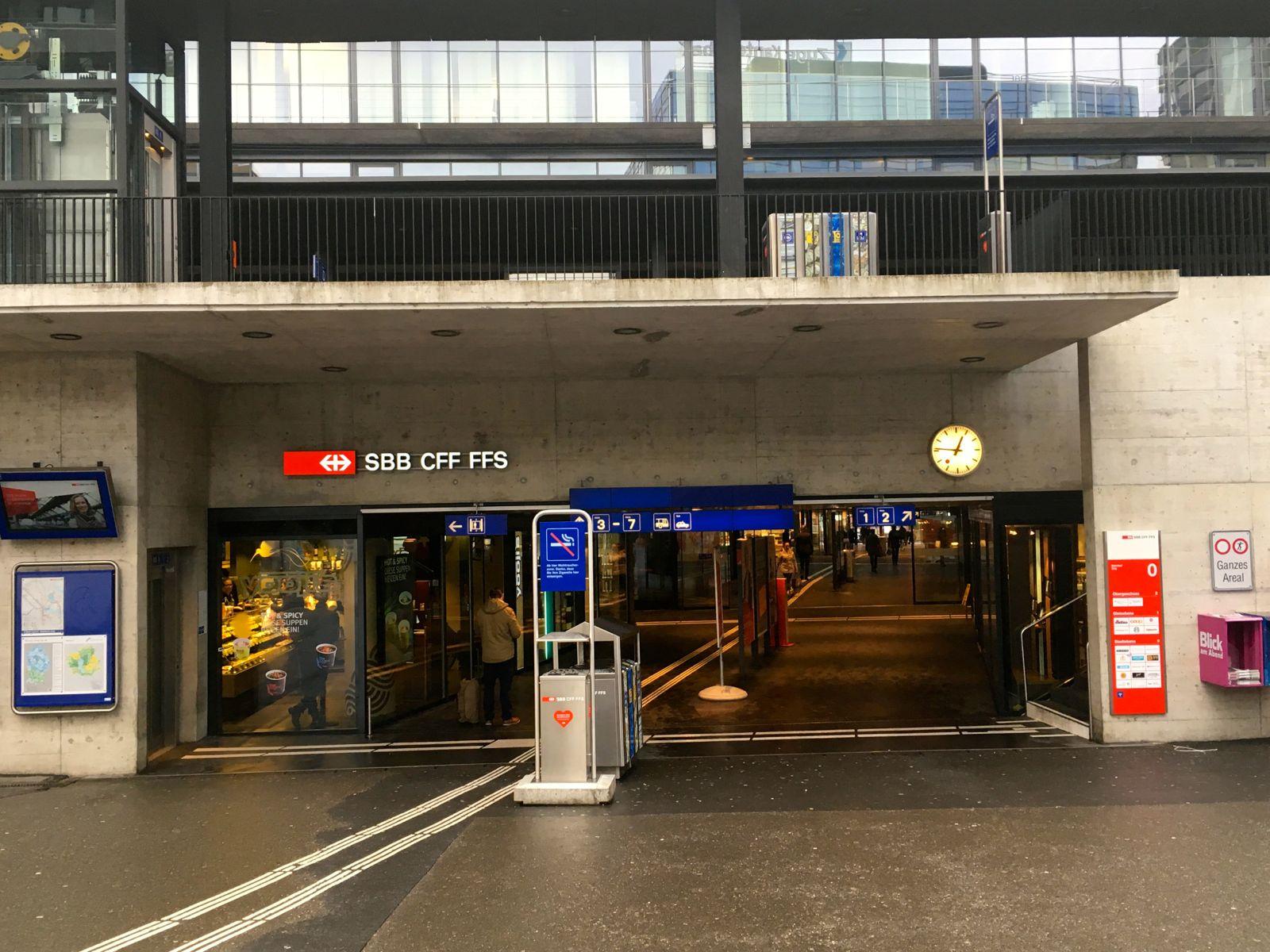 Der Osteingang des Bahnhofs Zug beim Metalli. Hier trafen die drei Eritreer auf den Kroaten und seinen Schweizer Kollegen.
