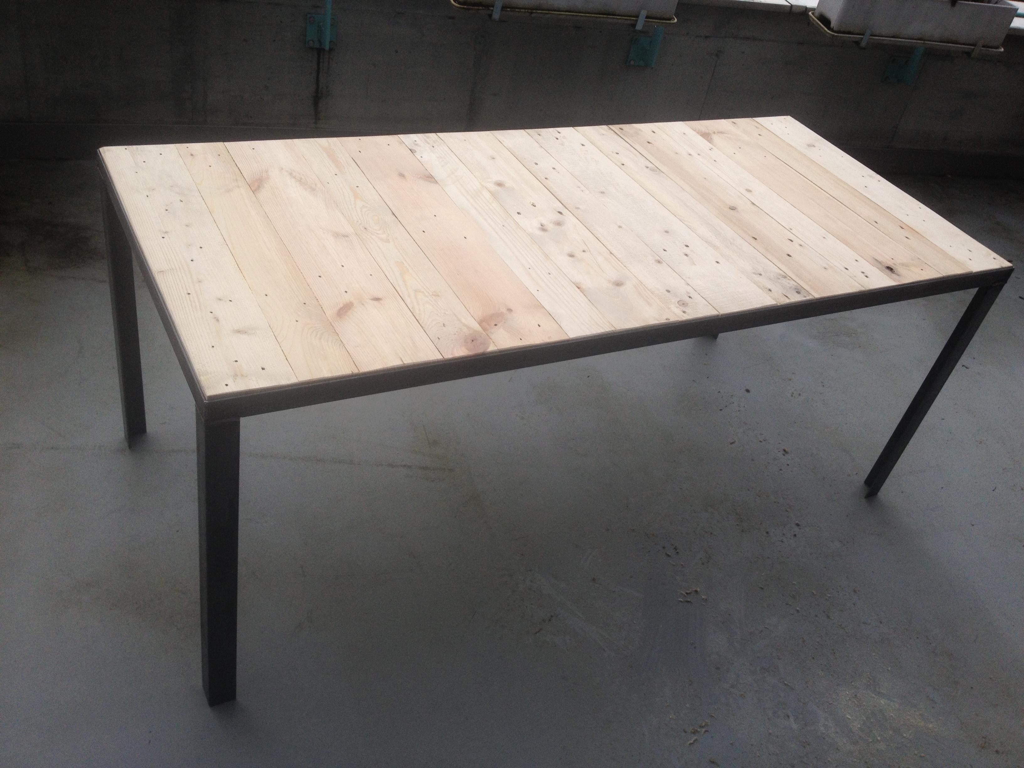 Nicola Keller macht aus alten Europaletten Tischplatten.