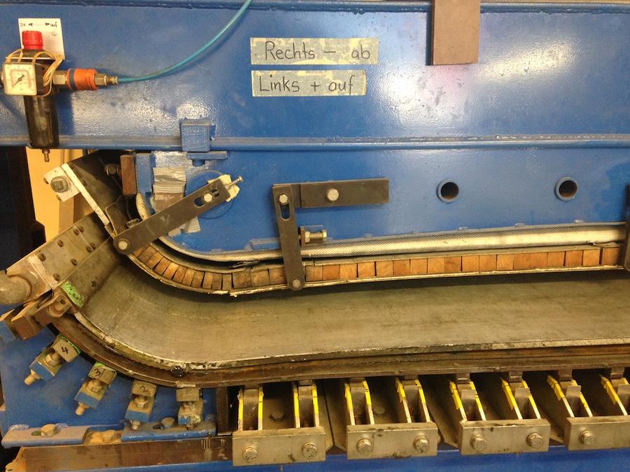 In der Pressmaschine werden die Skis gebogen. (Bild: zentralplus/bas)