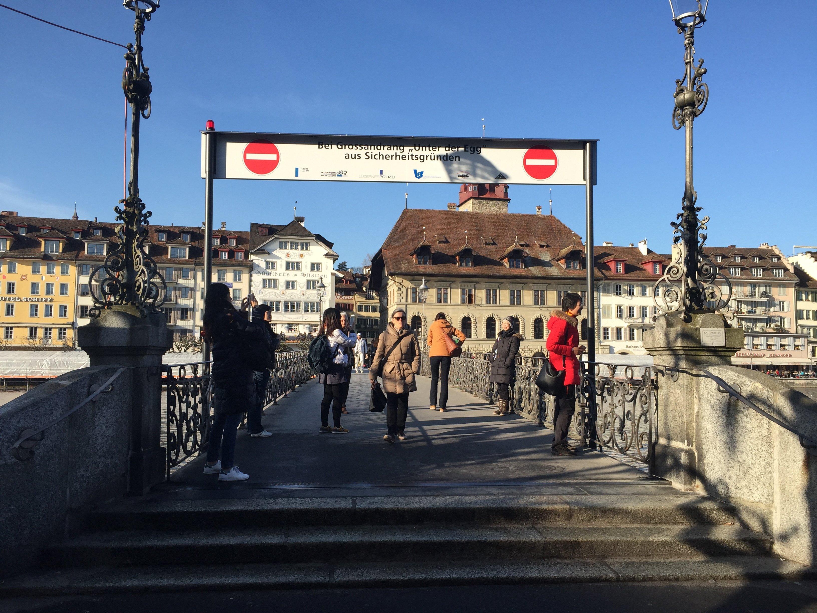 Der Rathaussteg wird während der Fasnacht zeitweise zur Einbahnstrasse.