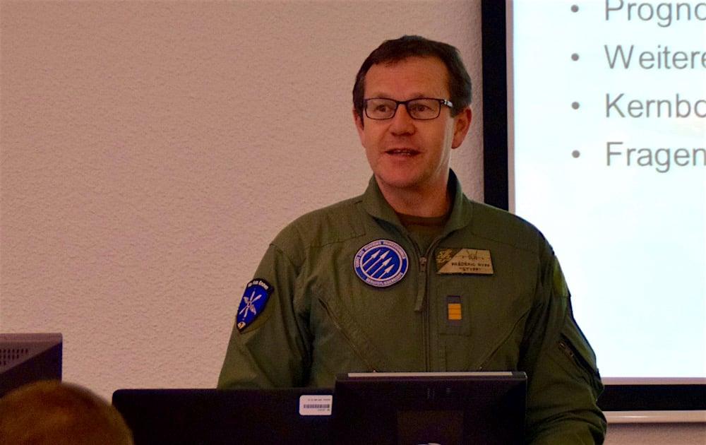 Der Flugplatzkommandant Oberst im Generalstab Frédéric Ryff bei seiner Präsentation.