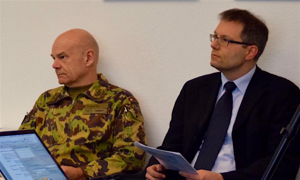 Divisionär Bernhard Müller, Chef Einsatz Luftwaffe, und Bruno Locher, Chef Raum und Umwelt VBS hören gespannt zu.