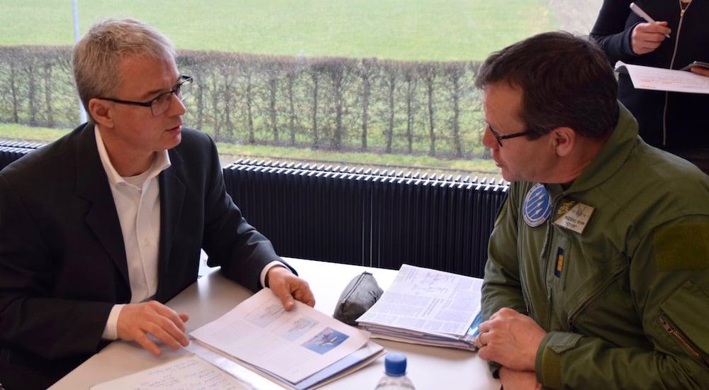 Der Schutzverband-Präsident Luzius Hafen im Gespräch mit Flugplatzkommandant Ryff.