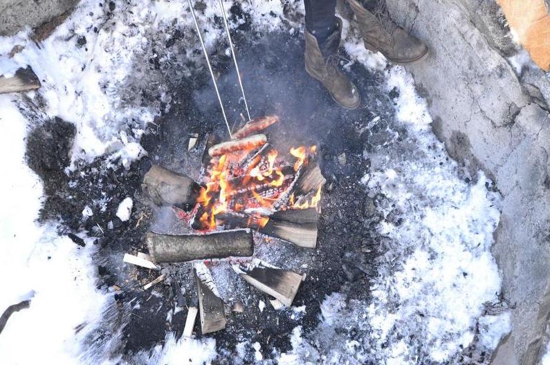 Auf der Rigi wird die Wurst auch im Winter über offenem Feuer gebrätelt.