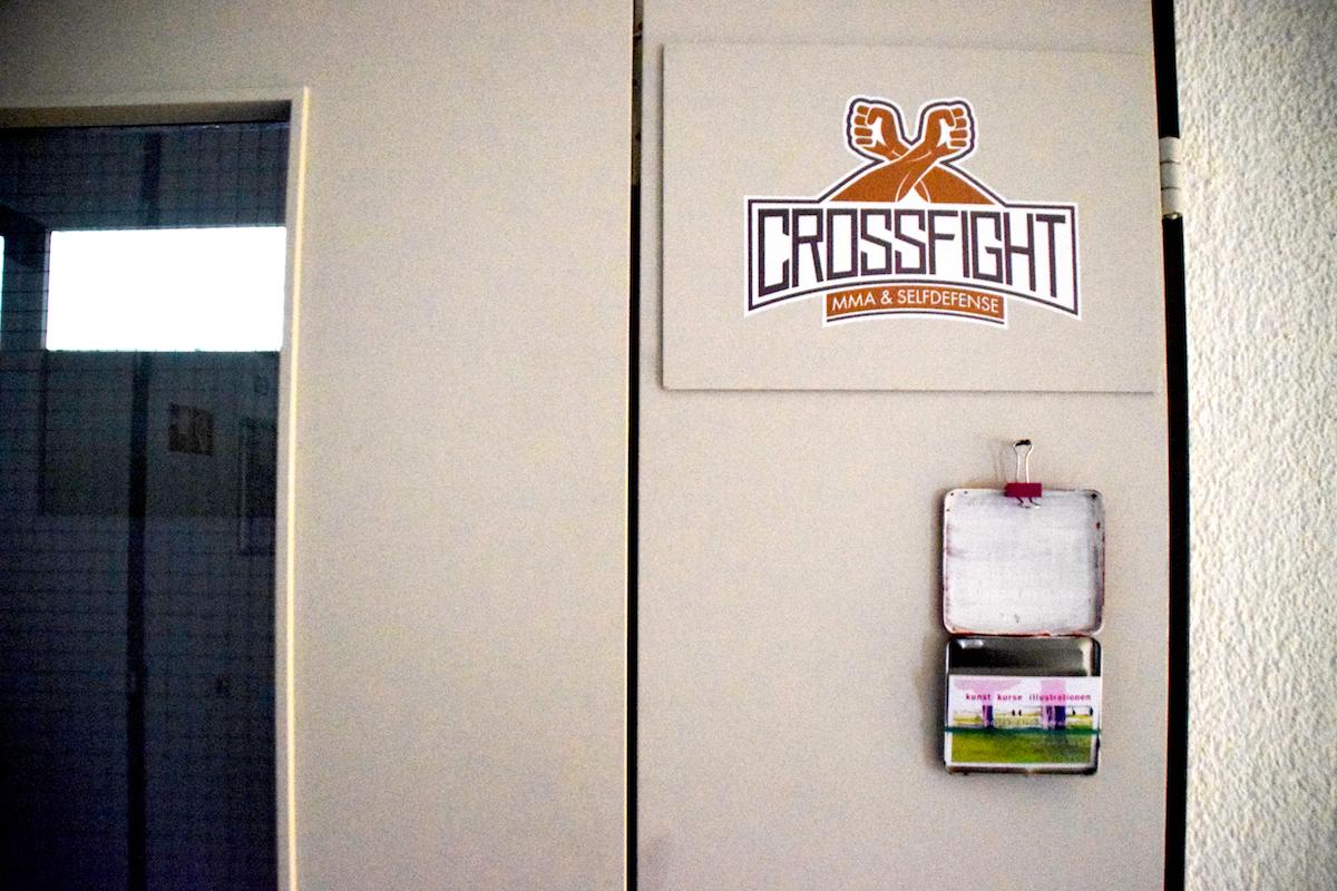 Tür an Tür: Ein Kampfsport-Studio und ein Kunst-Kurs-Atelier.