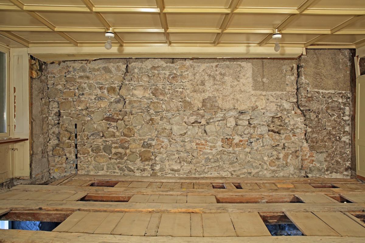 Bei der Sanierung wurde im Innern auch eine Mauer von etwa 1300 freigelegt.