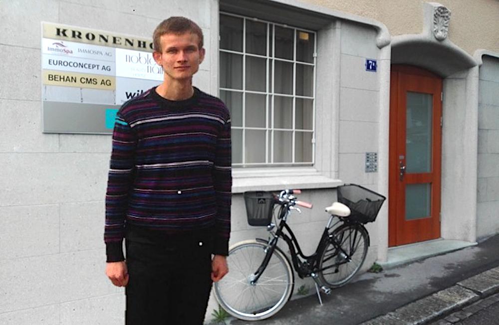 Vielleicht sah ihn jemand so: Vitalik Buterin vor seiner Wohnung am Kronenhof in Zug.