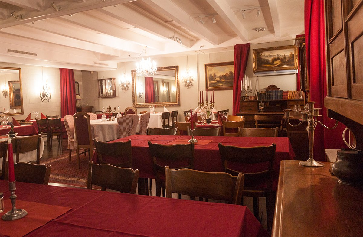 Historischen Gemälde, massive Antik-Möbel und dunkelrote Stoffe: Der Speisesaal des Chuchichäschtli öffnet ein Fenster in die Vergangenheit.