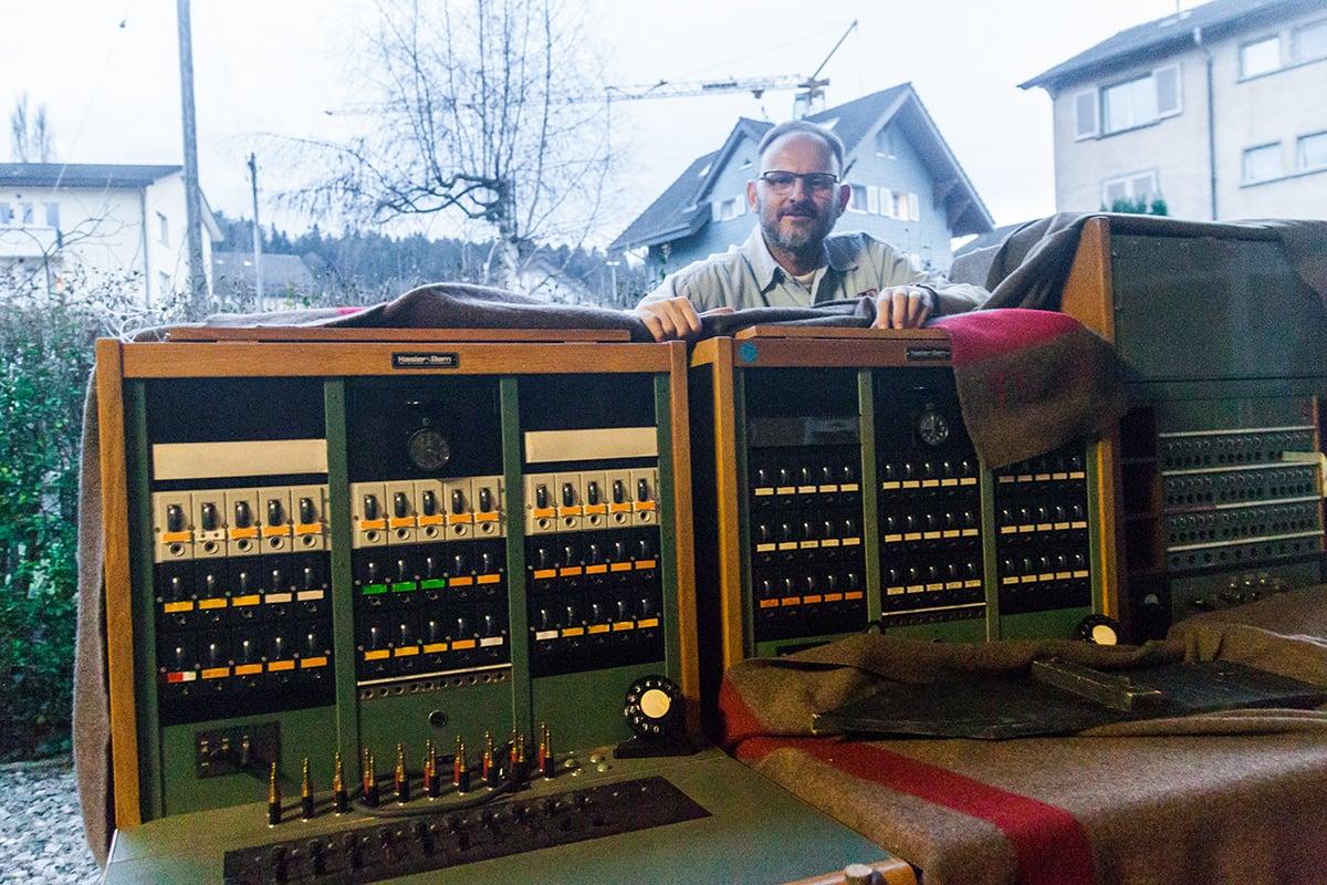 Eine alte Fernsprech-Handvermittlungseinrichtung der Schweizer Armee steht im Schuppen hinter dem Restaurant von Charles Wüest. Die Geräte kommen immer wieder bei Schweizer Filmen als Requisiten zum Einsatz, laut Wüest zuletzt im neusten Heidi-Film.