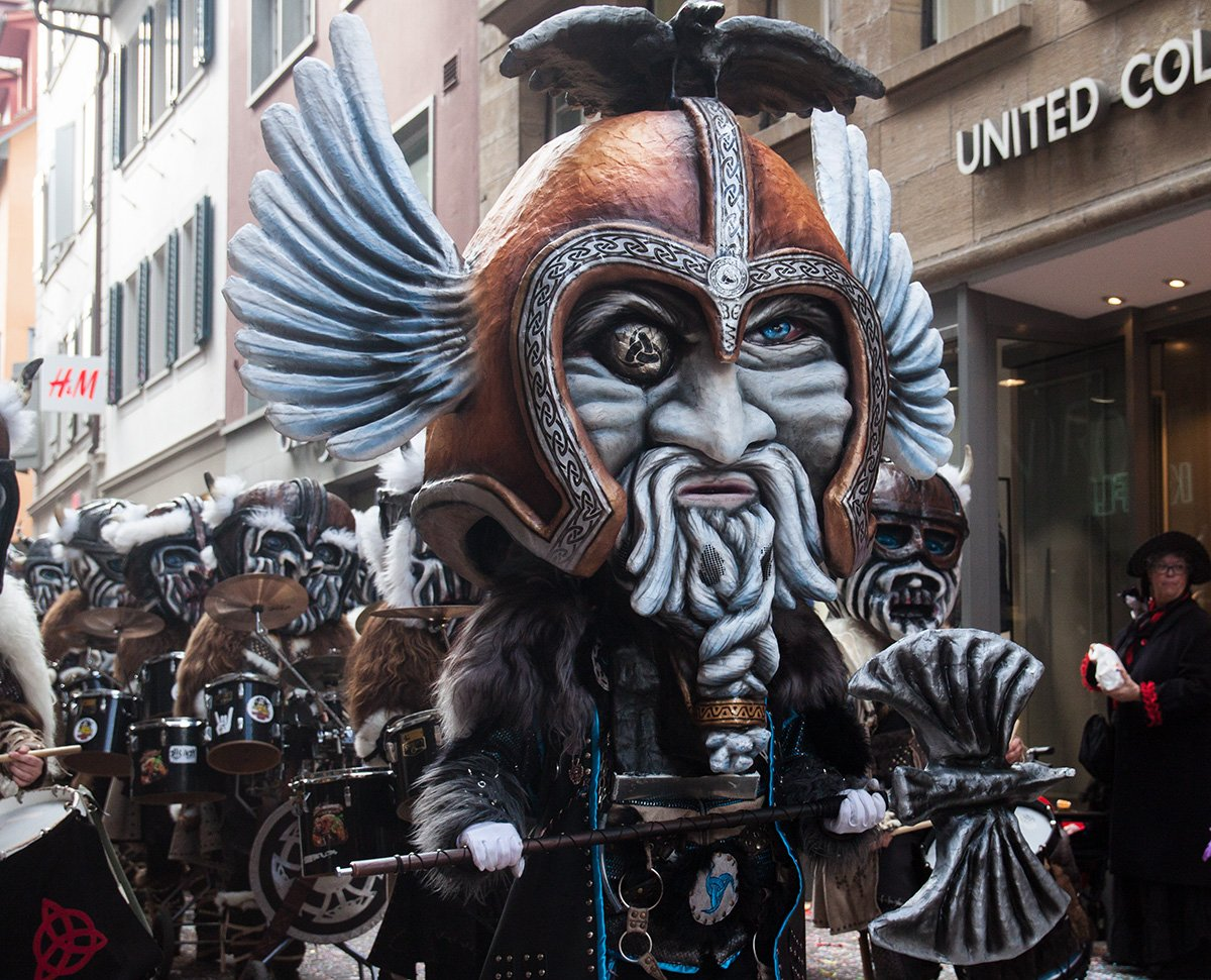 Die Borggeischter aus Rothenburg sind dieses Jahr stolze Wikinger, doch sein monströser, riesiger Grind dürfte dem Tambourmajor Kopfschmerzen bereiten.