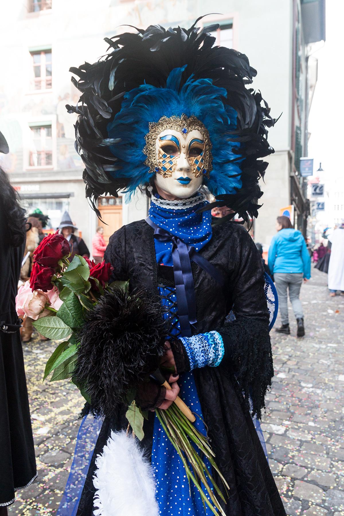 Die geheimnisvolle Dame mit der venetianischen Maske darf nur bei schönem Wetter auf die Gasse, sonst leidet die Maske und das Federkostüm.