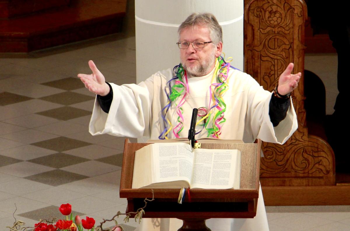 Stellenweise serviert er Gebete in Reimform: Pfarreileiter Werner Bucher.