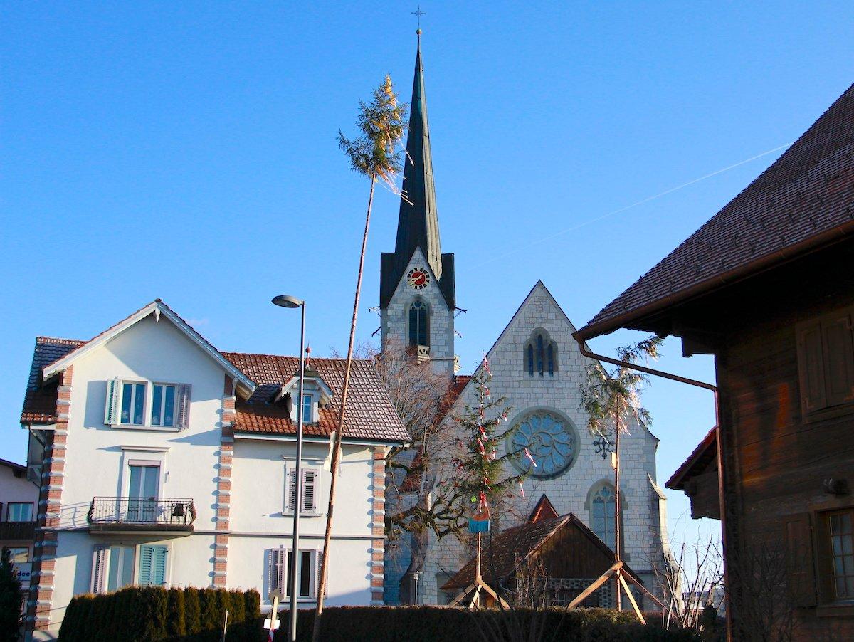 Die neugotische Pfarrkirche Hildisrieden ist an diesem Sonntagmorgen frühlingshaft lichtdurchflutet.