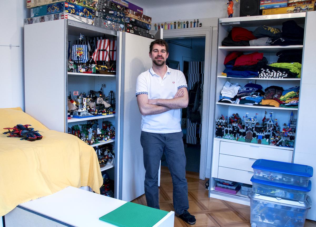 Der 26-Jährige in seinem Zimmer: Karim Taha besitzt Lego im Wert von rund 100'000 Franken.
