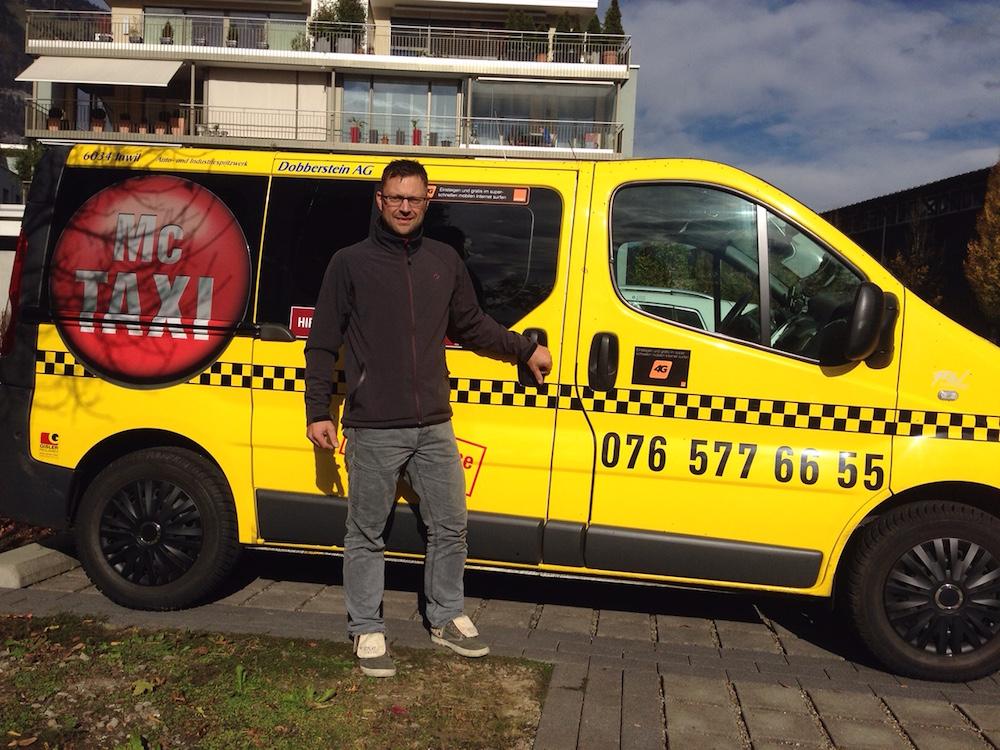 Daniel Krummenacher vor seinem gelben McTaxi kritisiert die alteingesessenen Taxiunternehmen in Luzern.
