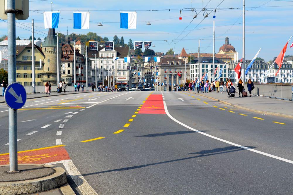 Autofreie Seebrücke? Dieses Bild wird auch weiterhin nur an Feiertagen und Sonntagmorgen möglich sein. Doch das GVK will den Verkehr zumindest etwas eindämmen.
