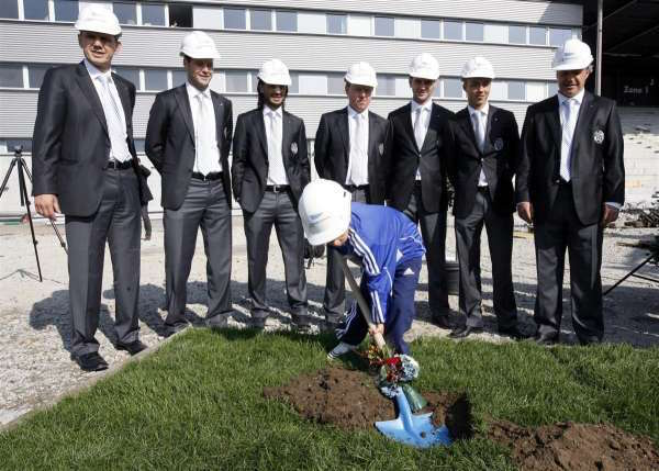 Spatenstich im September 2009 – unter anderem mit Hakan Yakin (dritter von links, Bild: zVg).