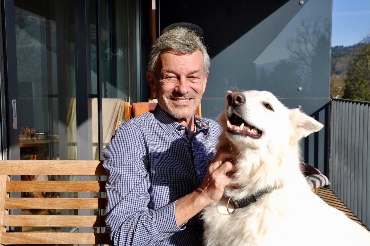 Kurt Imhof, Mitgründer der IG Hundewiese, zusammen mit seiner Hündin Kira.