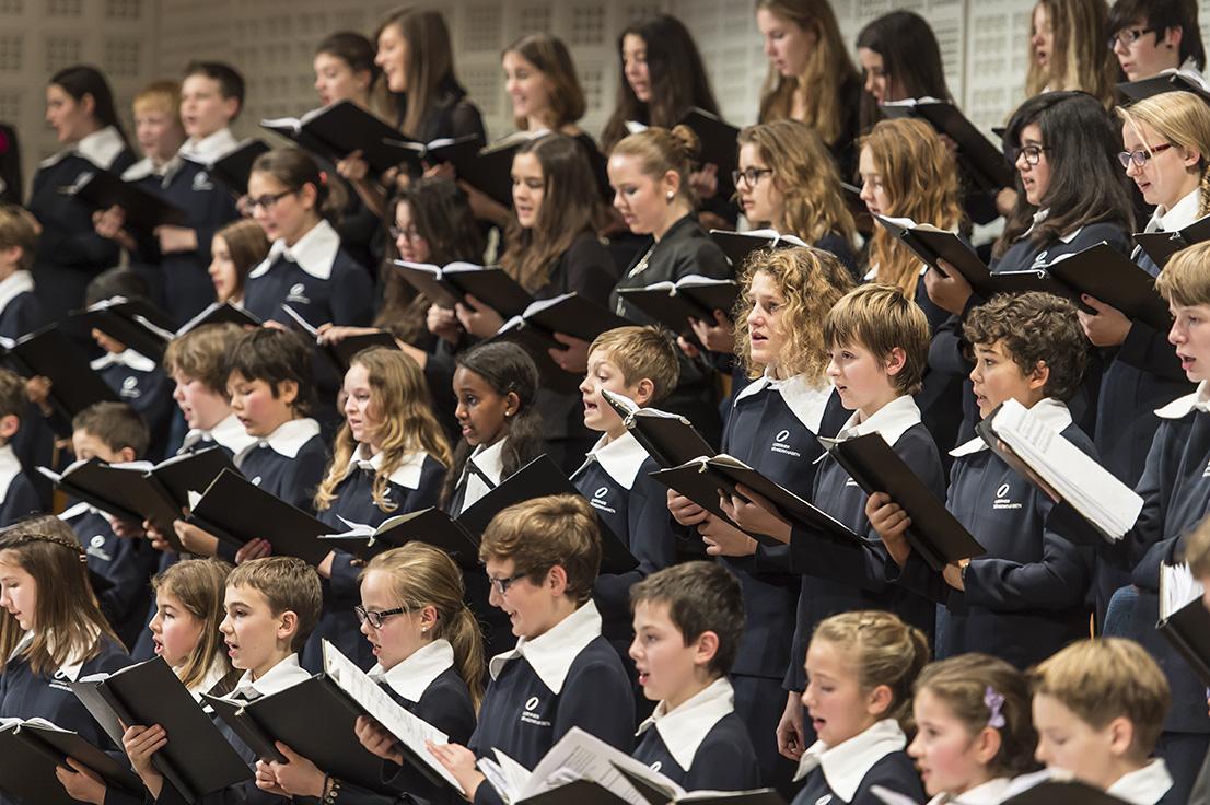 Der Knaben- und Mädchenchor der Luzerner Kantorei tritt gemeinsam im KKL Luzern auf.