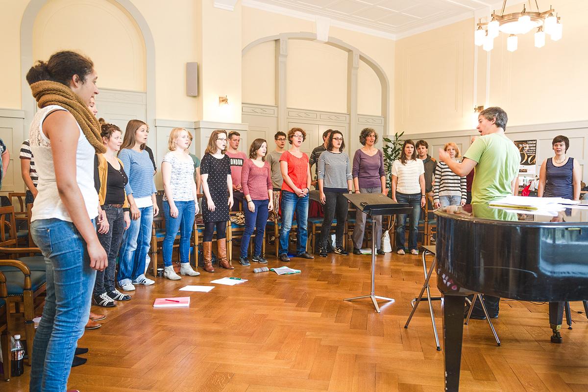 Der Gesamtchor von molto cantabile bei der Probe.