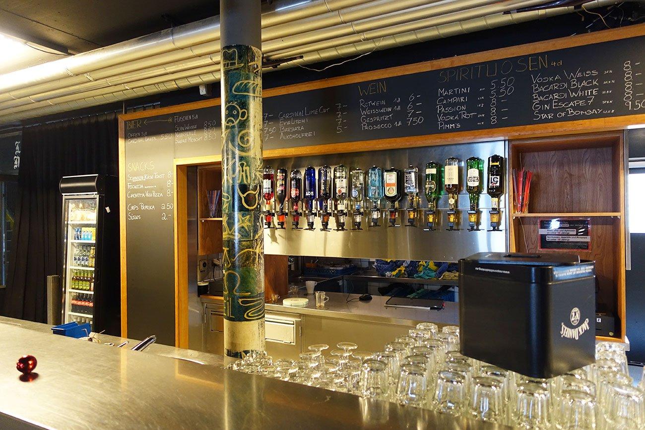 Auch die Bar wurde mit mehr Holz dezent aufgewertet.
