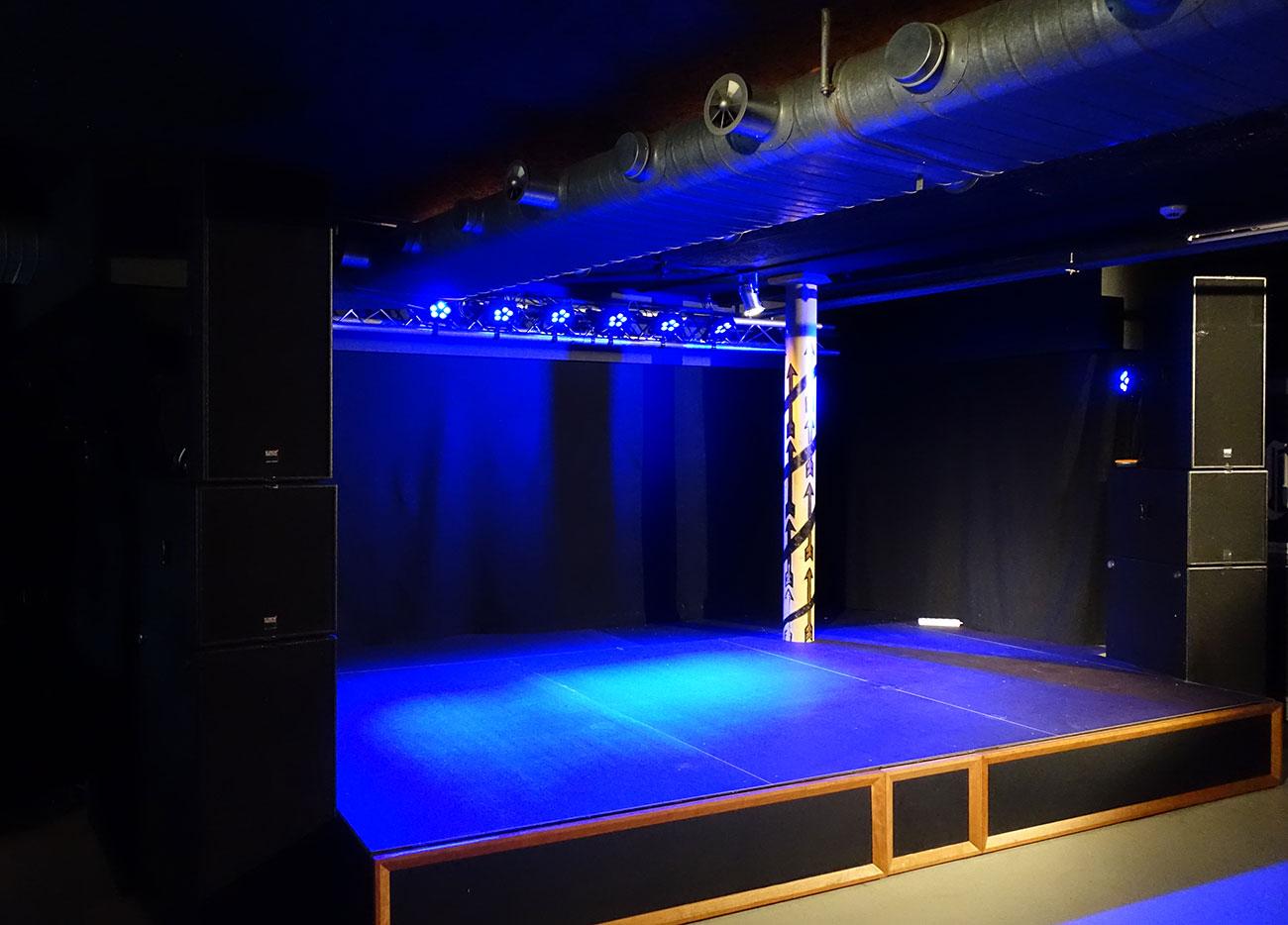 Platzmangel macht erfinderisch: Unter der neuen Bühne gibt's Stauraum.