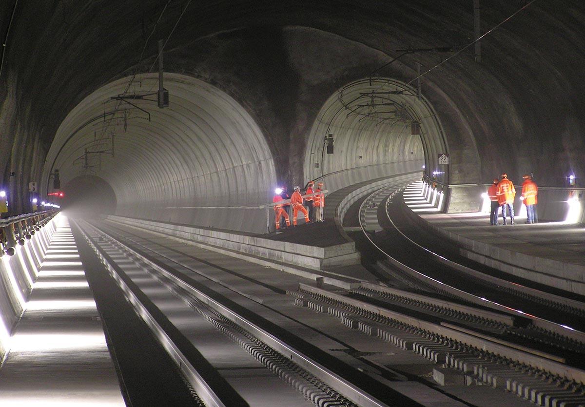 Gibt Bahnarbeitern immer wieder viel Arbeit: Der Zimmerbergtunnel von innen.