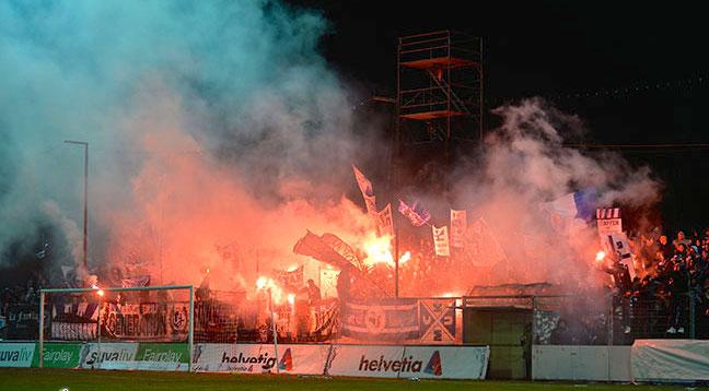 Während des Spiels zündeten die FCL-Fans immer wieder Feuerwerkskörper.