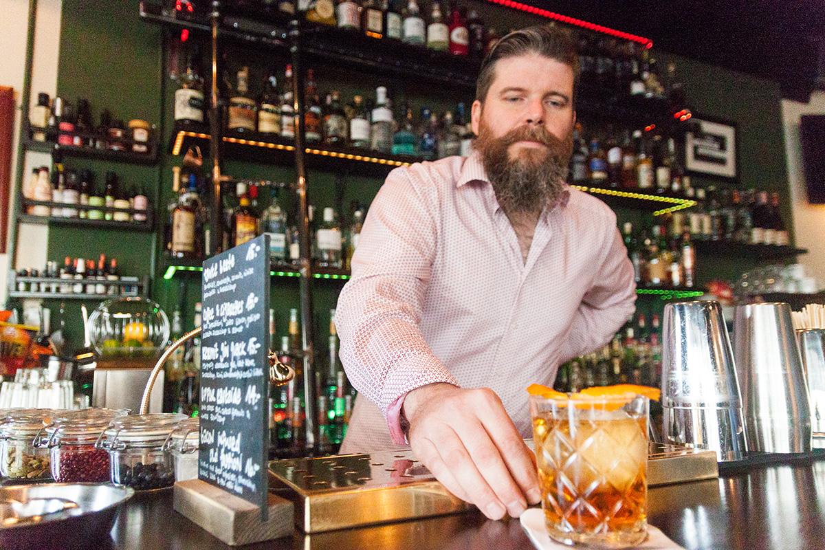 Serviert ist: Tim Michel präsentiert seinen Old Fashioned.