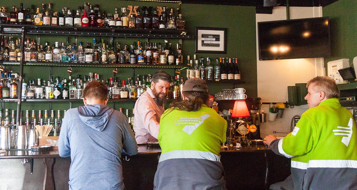 Viele Stammgäste gehen in der Bar Capitol ein und aus.