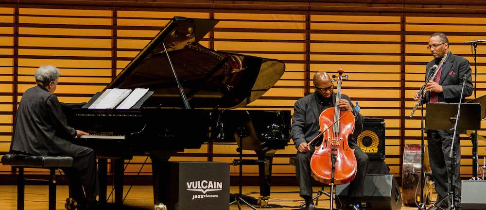 Jazzpianist Abdullah Ibrahim mit zwei Musikern.