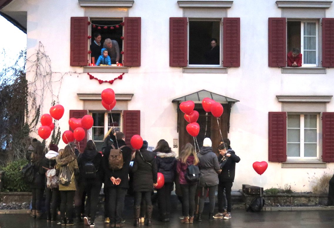 Ten Sing Baar vor dem Elternhaus von Susan Pumm.