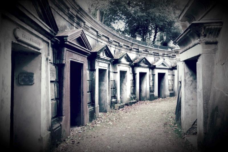 Das Columbarium im Friedhof von Highgate, London. Die Toten vornehmer Familie wurden nicht in der Erde bestattet, sondern in gemauerten Gruften beigesetzt, die als «escape vaults» manchmal auch von innen geöffnet werden konnten. (Bild: Kurt Lussi)