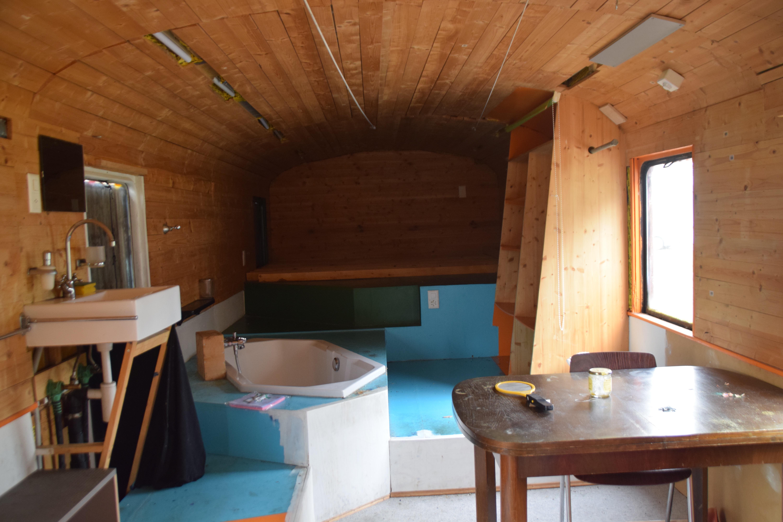 Das Innere des Bahnwagens: Rustikaler Chic und sogar mit Badewanne.